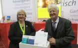 Der BVGD mit eigenem Stand auf der ITB 2015 in Berlin: Die Vorsitzende Dr. Ute Jäger (li.) im Gespräch mit Dieter Gauf, RDA-Hauptgeschäftsführer