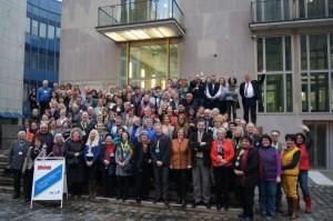 Die Teilnehmer des 14. Bayerischen Gästeführertags in Nürnberg vor dem Tagungsort Bayerisches Heimatministerium