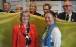 Die Vorsitzende des Hamburger Gästeführervereins, Dr. Christina Linger (li.) bei der Übergabe des BVGD-Banners an Petra Bischoff, die Vorsitzende des gastgebenden Vereins für den 2. Dt. Gästeführertag / die JHV des BVGD 2017 in Erfurt (Thüringen).
