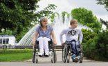 Rollstuhlfahrer vor einem Springbrunnen im Erfurter EGA Park