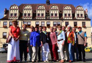 Mitglieder des Gästeführervereins Naumburg / Saale vor dem Naumburger Rathaus