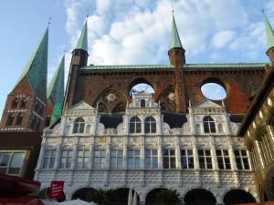 """Rathaus mit Marienkirche in Lübeck - """"Königin"""" der Hanse"""