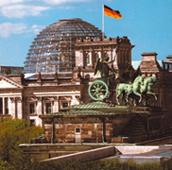 Der Berliner Reichstag mit Brandenburger Tor (Foto: Berlin Guide e. V.)