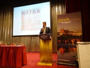 Georg Reichlmayr vom Bundesverband der Gästeführer in Deutschland e. V. spricht vor den Teilnehmern der WFTGA Convention 2015 in Prag